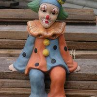 clown zit benen afhangend