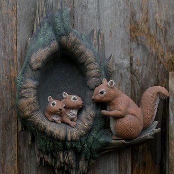 boomstam met eekhoorns