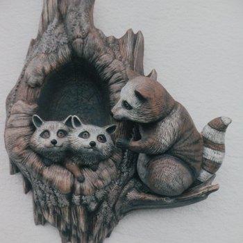 boomstam met wasberen