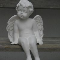 engel afhangend benen schuin