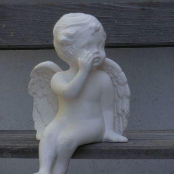 engel afhangend fluisterend