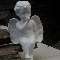 engel afhangend op duim zuigend