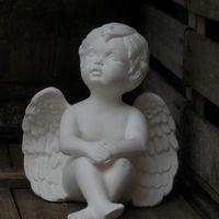 engel groot zit handen knieën