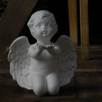 engel knielend handen omhoog