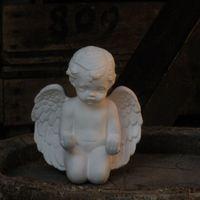 engel knielend handen tesamen open