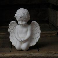 engel knielend handen open knieën