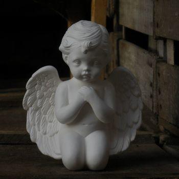 engel knielend handen voor borst