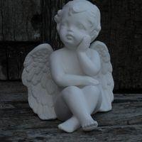 engel zit hand knie / onder kin