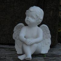 engel zit handen op knieën
