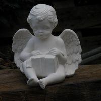 engel zit met pakje