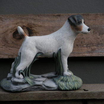 hond jack russel met voetstuk